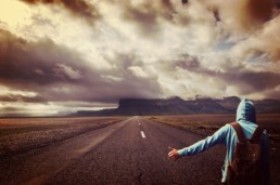 Droga i stojący autostopowicz